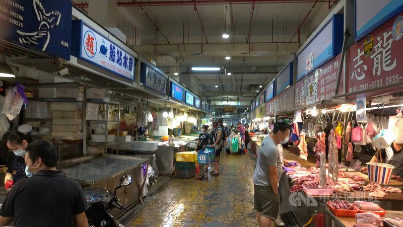 台中市30日上午降下大雨,傳統市場人潮也受影響減少許多,規模最大的建國市場內,與一般假日相較,採買民眾少了許多,營業攤商也較少。中央社記者蘇木春攝 110年5月30日