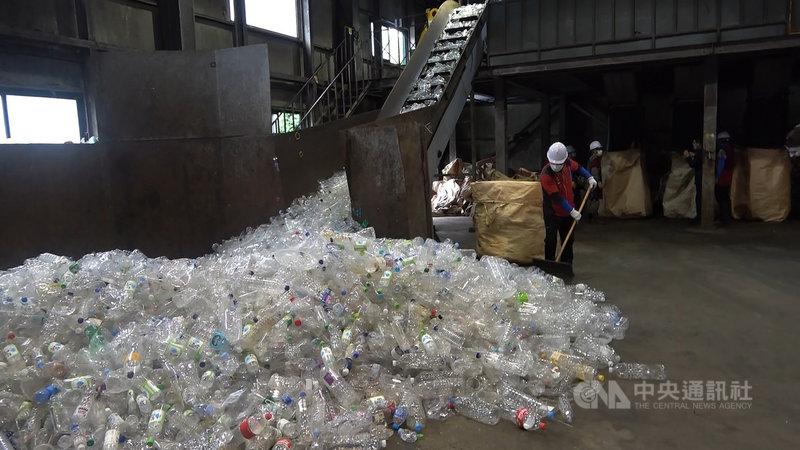 在2019冠狀病毒疾病(COVID-19)疫情下,人們叫外送、網購次數大增,讓塑膠廢棄物增加,迫使韓國政府加緊相關環保政策腳步。圖為江原道橫城郡某處回收分類場。中央社記者廖禹揚江原道攝 110年5月30日