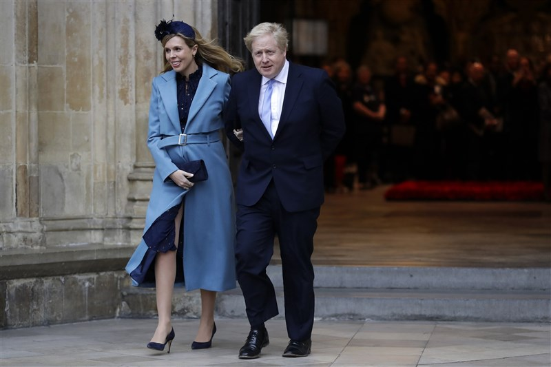 太陽報和每日郵報報導,英國首相強生(右)與未婚妻席孟茲29日在倫敦西敏主教座堂舉行結婚典禮。圖為兩人去年到西敏寺參加大英國協日慶典。(美聯社)