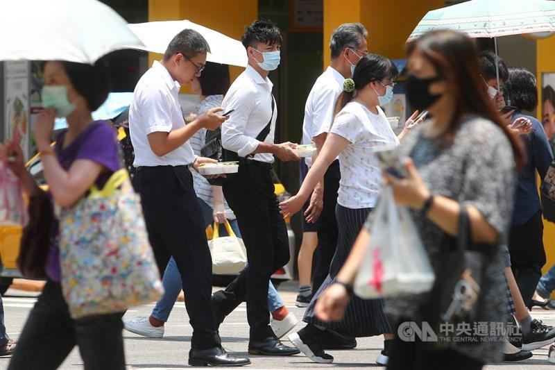 勞動部31日公布109年職類別薪資調查結果,社會新鮮人月薪平均為新台幣2.9萬元。圖為台北街頭上班族。(中央社檔案照片)