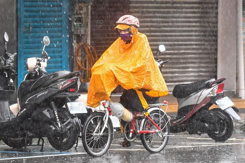 氣象局預估31日晚間雨勢持續,提醒苗栗、台中、南投等地防豪雨。中央社記者鄭清元攝 110年5月31日
