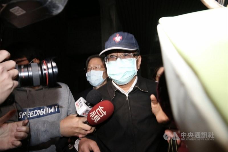 台北市議員潘懷宗(中)涉嫌詐領助理補助費案,士林地檢署5月31日表示,已依貪污等罪起訴。圖為1月27日潘懷宗獲交保步出法院。(中央社檔案照片)