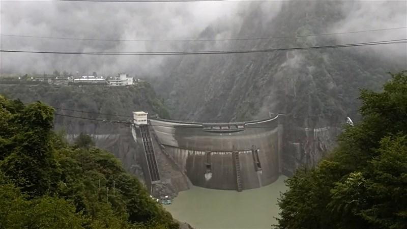 台中市雨勢不停,也讓水位持續下降中的德基水庫終於往上爬升。圖為30日德基水庫一景。(民眾提供)