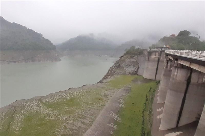 北水局表示,石門水庫從28日到31日清晨6時累計降雨量約99.1毫米,可增加桃園約14天半的用水量。圖為石門水庫30日降下大雨。(北區水資源局提供)