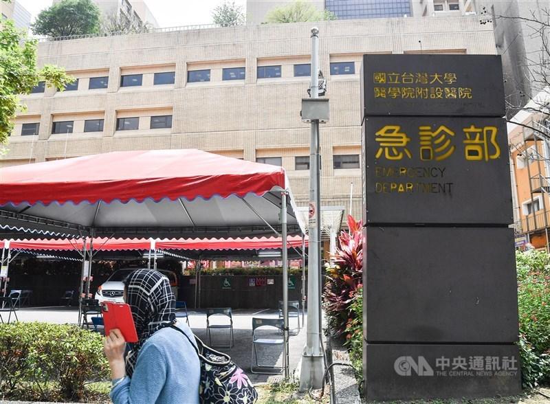 疫情下為維護醫療量能,全台各地醫院有許多門、急診異動及遠距看診。(中央社檔案照片)