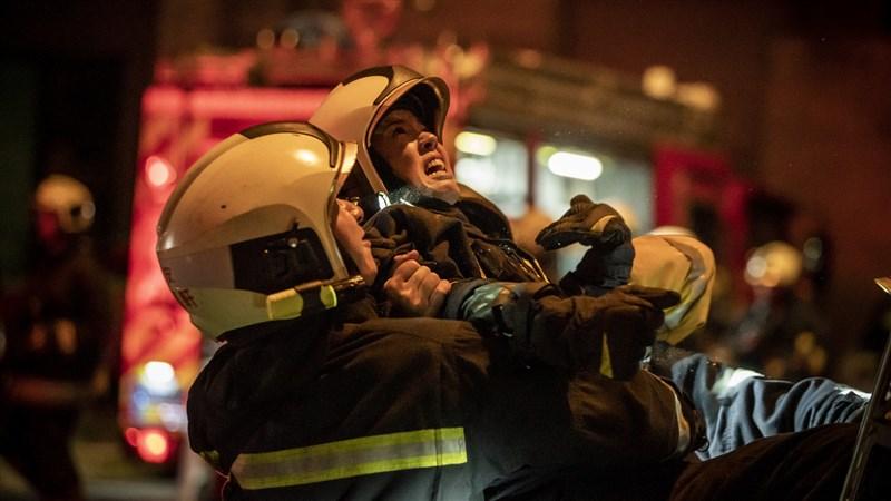 消防職人劇「火神的眼淚」中,演員陳庭妮(中)因無法在火場救出男友劉冠廷,現場崩潰痛哭。她拍完戲後才發現雙腳因為撞到梯子瘀青,特別拍照給劉冠廷說,「義陽你可以好好的活著嗎?我們大家都為了你很努力」。(公共電視、myVideo提供)中央社記者葉冠吟傳真 110年5月31日