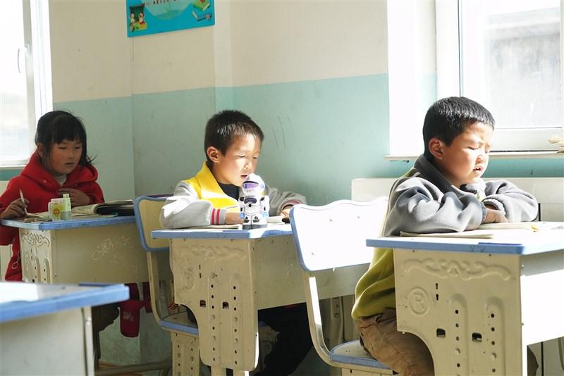 中國人口總量龐大,近年來人口老齡化程度加深。進一步優化生育政策,實施一對夫妻可以生育三個子女政策及配套支持措施。(中新社)