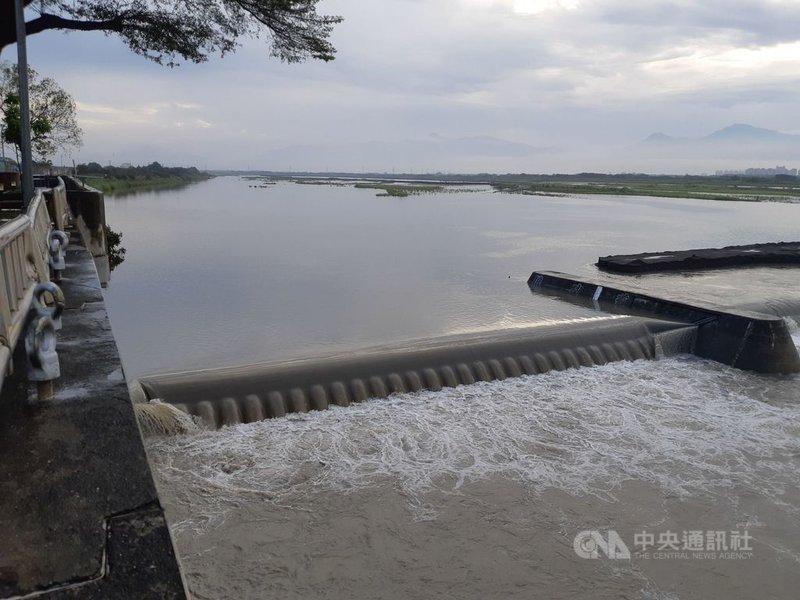 近日接連大雨讓高雄市的水情好轉,1日高屏溪攔河堰的川流量大幅提升。(南水局提供)中央社記者王淑芬傳真 110年6月1日