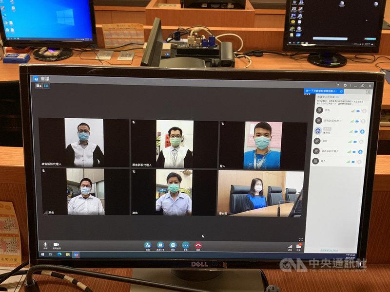 司法院1日公布「法院遠距視訊開庭操作手冊1.0」,提供法院及當事人於疫情期間,使用遠距視訊方式開庭的相關技術支援與操作指引,內容包含採用「U會議」軟體進行視訊開庭等。圖為「U會議」模擬開庭畫面。(司法院提供)中央社記者劉世怡傳真  110年6月1日