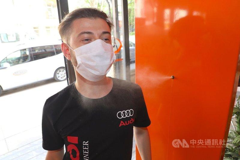 土耳其1日開始從武漢肺炎防疫限制中恢復常態,措施包括餐飲業可讓顧客內用。圖為安卡拉一家餐廳於入口處設置噴霧消毒門,為顧客進行較大面積消毒。中央社記者何宏儒安卡拉攝   110年6月1日