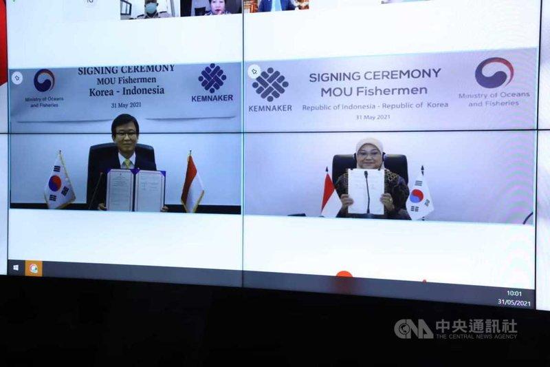 印尼勞動部長伊達(右)與韓國水產部長文成赫(左),5月31日透過線上會議簽署備忘錄,保護受聘於韓國的印尼漁工。(印尼勞動部提供)中央社記者石秀娟雅加達傳真  110年6月1日