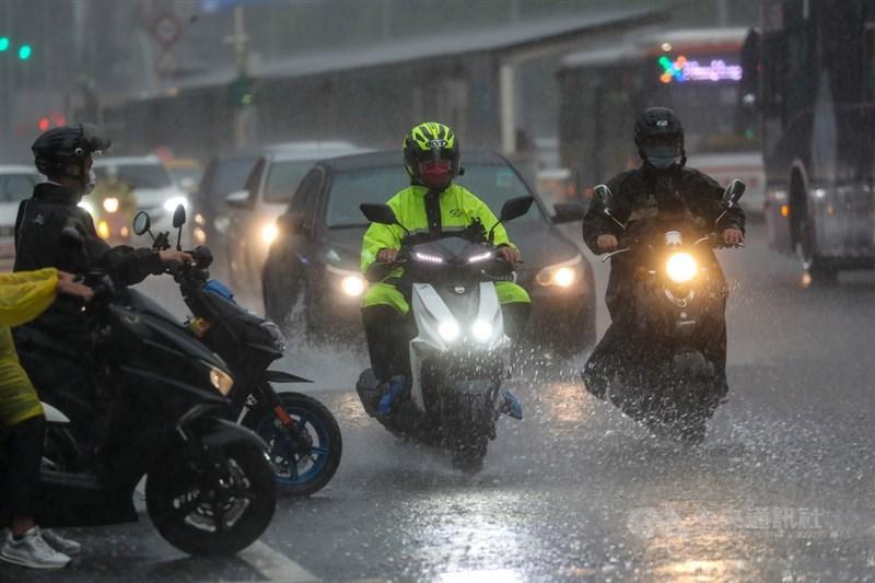 中央氣象局1日表示,下波鋒面預計5日報到、7日到10日往南移,有機會為南部帶來大量降雨,改善缺水狀況。中央社記者裴禛攝 110年6月1日