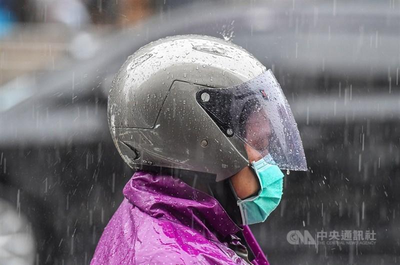 受到滯留鋒面影響,中央氣象局1日針對台南市發出豪雨特報,台北市等15縣市大雨特報。(中央社檔案照片)