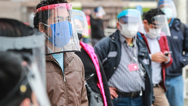 經校正後,秘魯官方統計的COVID-19染疫病逝人數31日增加一倍,人均死亡數躍居全球最高。圖為秘魯等候客運的民眾戴上口罩與護面罩。(圖取自秘魯政府網頁www.gob.pe)
