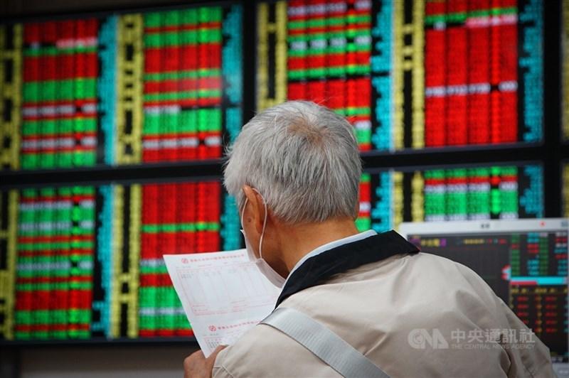 台股1日早盤指數一度大漲逾百點,終場收漲93.95點,突破17100點。(中央社檔案照片)