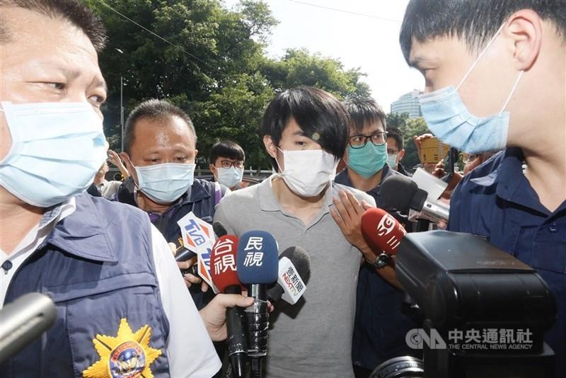 羅姓男子(中)去年8月在躲藏的竹東透天厝密室中,囚禁高雄14歲未成年少女長達66小時。圖為羅姓男子去年被逮捕畫面。(中央社檔案照片)