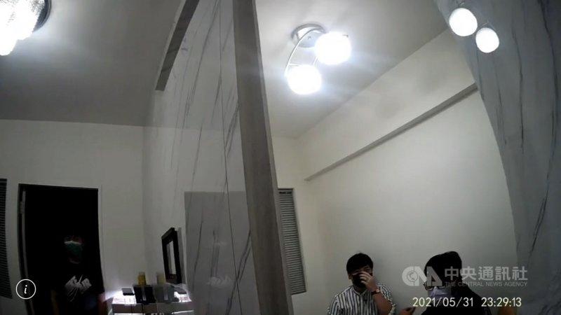 疫情期間禁止室內5人、室外10人以上群聚,但台北市中山區一處民宅5月31日晚上仍有5名男女群聚屋內打麻將,警方獲報後派人到場蒐證,依法送辦。(翻攝照片)中央社記者黃麗芸傳真 110年6月1日