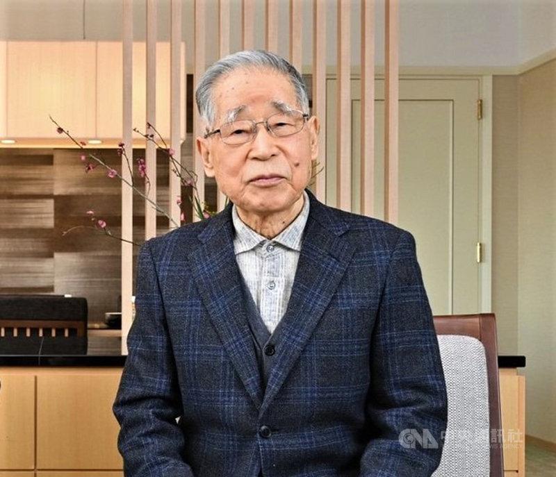 現年88歲的鍵山秀三郎,是日本備受推崇的企業家,他親自帶頭掃廁所、撿垃圾的身影,為持家、治理企業立下典範,他的口述自傳「凡事徹底」將在台出版。(正好文化提供)中央社記者邱祖胤傳真  110年6月1日