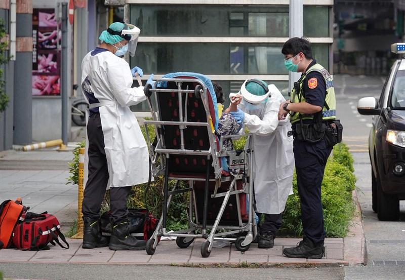 台大公衛專家陳秀熙提醒,台灣未來一兩週內要把COVID-19重症處理好,才能減少死亡個案。(中央社檔案照片)