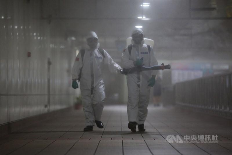 國軍化學兵5月31日在台北捷運站消毒,在空無一人的捷運站裡執行任務。中央社記者游凱翔攝 110年6月1日