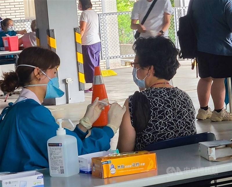指揮中心指揮官陳時中2日表示,考量疫情對年長者威脅較大,已研擬將長者施打順序往前調整。圖為民眾接種疫苗情形。(中央社檔案照片)
