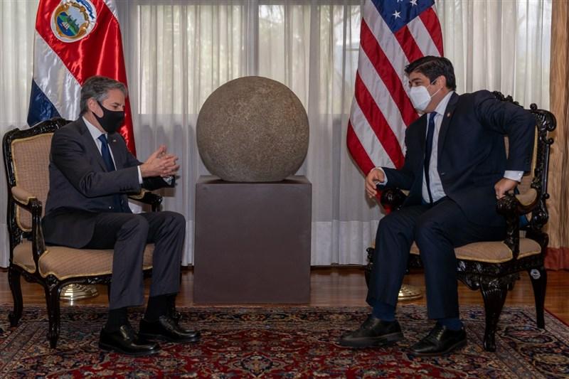 美國國務卿布林肯(左)1日在與哥斯大黎加總統阿瓦拉多(右)舉行的聯合記者會表示,美國將在未來2週宣布如何銷售、配發先前向全球承諾的8000萬劑COVID-19疫苗。(圖取自twitter.com/SecBlinken)