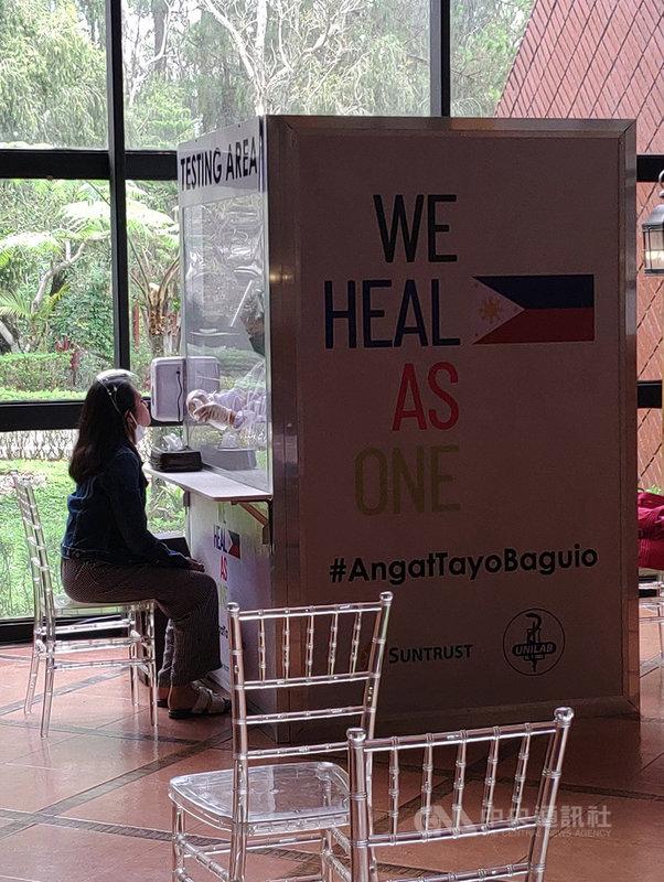 菲律賓政府跨部門抗疫工作小組執行長加維斯2日說,馬尼拉希望爭取到300萬到500萬劑美國釋出的2019冠狀病毒疾病疫苗。圖為菲國民眾5月30日接受即時聚合酶連鎖反應(RT-PCR)檢驗。中央社記者陳妍君碧瑤市攝  110年6月2日