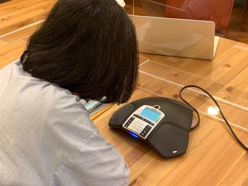 總統蔡英文2日致電給遭確診者攻擊的護理師,她除了謝謝護理師投入第一線防疫工作,也對他們受傷表達歉意;並表示任何攻擊醫護的暴力事件,一定會依法嚴辦。(圖取自facebook.com/tsaiingwen)