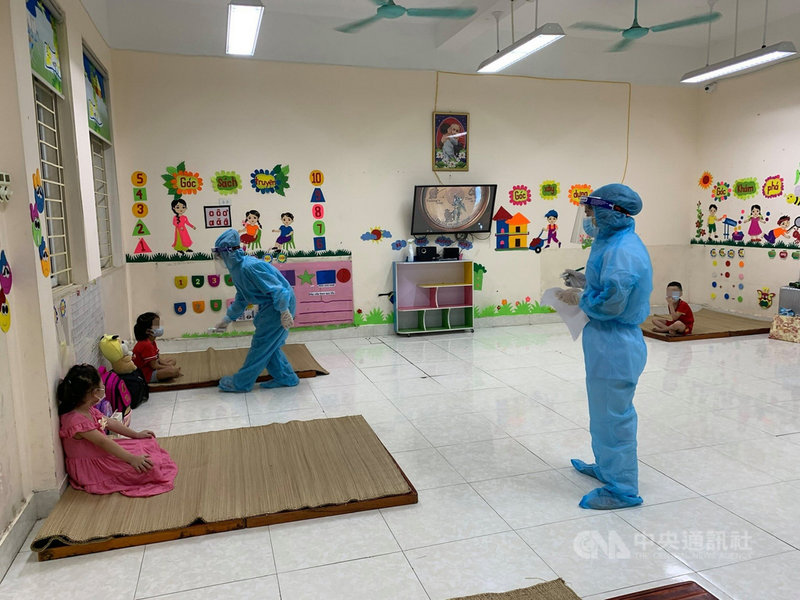 越南北江市黎利幼兒園一名兒童確診後,導致同班的24名5歲兒童在幼兒園就地隔離。(越南北江市黎利幼兒園校長謝香離提供)中央社記者陳家倫河內傳真 110年6月3日