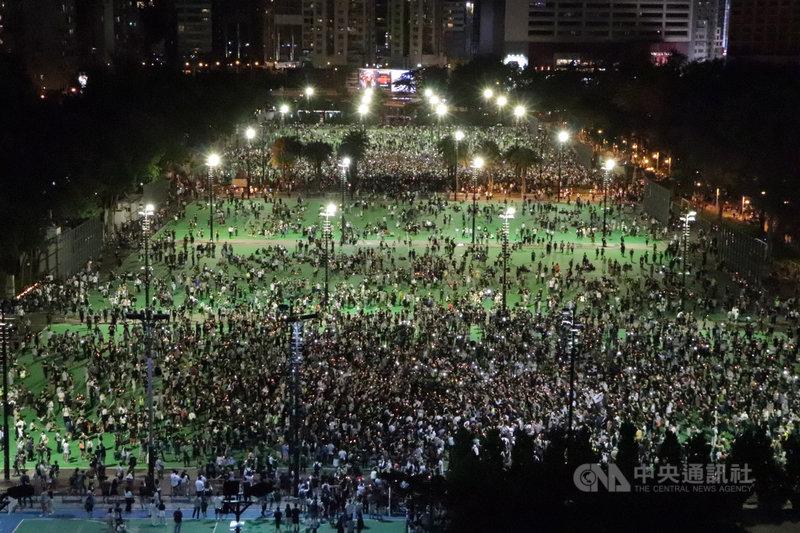 4日是北京「六四事件」32週年,據報導,香港警方如臨大敵,將部署7000名警員在重點地方戒備。圖為去年支聯會不理會禁令,在維園舉辦「六四」集會。(資料圖片)中央社記者張謙香港攝  110年6月3日