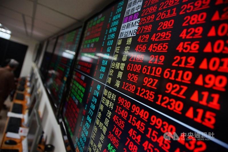 台股3日上漲81點,航運股交易熱絡,占今日台股成交值比重達32%,長榮和陽明位居單日成交值個股前2大,從外資買超個股來看,前6大也有4家是航運族群。(中央社檔案照片)