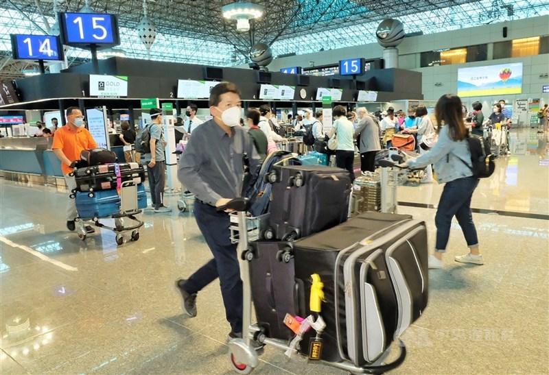 因應市場需求,業者增加飛美航班,華航、長榮航3日受惠雙雙攻上漲停價格。圖為2日桃園機場。(中央社檔案照片)