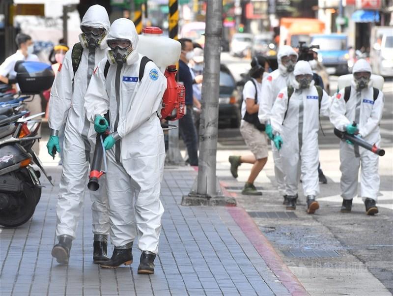 COVID-19台灣本土疫情延燒,國軍化學兵2日上午前往台北市西寧市場,以人力噴灑的方式沿途消毒。中央社記者鄭清元攝 110年6月2日