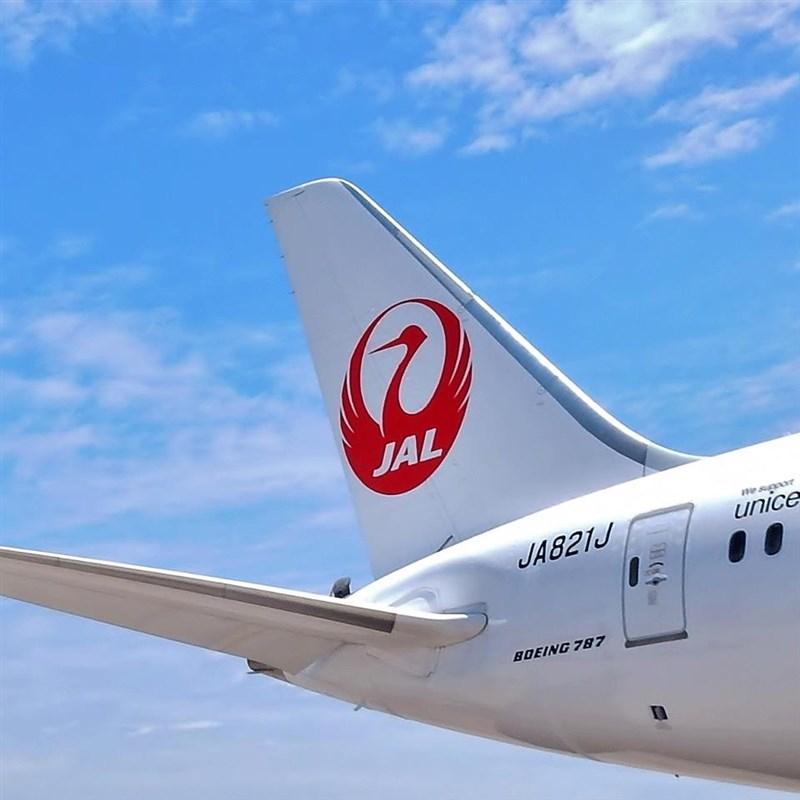 日本供應台灣的AZ疫苗,預計4日下午由日航以定期航班JL809載運到桃園國際機場。圖為JL809同型機。(圖取自facebook.com/japanairlines.taiwan)