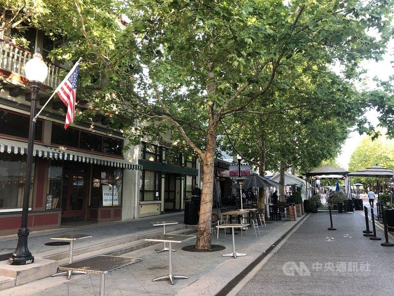 2019冠狀病毒疾病疫情期間,加州政府允許把街道圍起來,餐廳業者天寬地闊擺桌,讓客人在戶外用餐,州政府3日宣布延長至今年底。中央社記者周世惠舊金山攝 110年6月4日