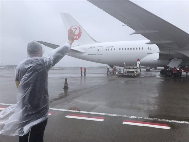 日本政府提供台灣124萬劑AZ疫苗,載運疫苗的日本航空班機準備就緒。(駐日代表處提供)中央社記者楊明珠東京傳真 110年6月4日