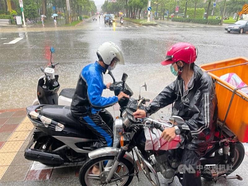 颱風彩雲外圍環流加上梅雨鋒面接近影響,台北市4日午後降豪雨,大安區及文山區時雨量都超過100毫米;忠孝東路出現積水情形,機車騎士小心閃避。中央社記者張新偉攝 110年6月4日
