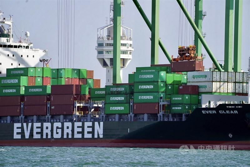 富時羅素4日公布台灣50指數成分股納入貨櫃三雄長榮、萬海、陽明與面板股友達。(中央社檔案照片)