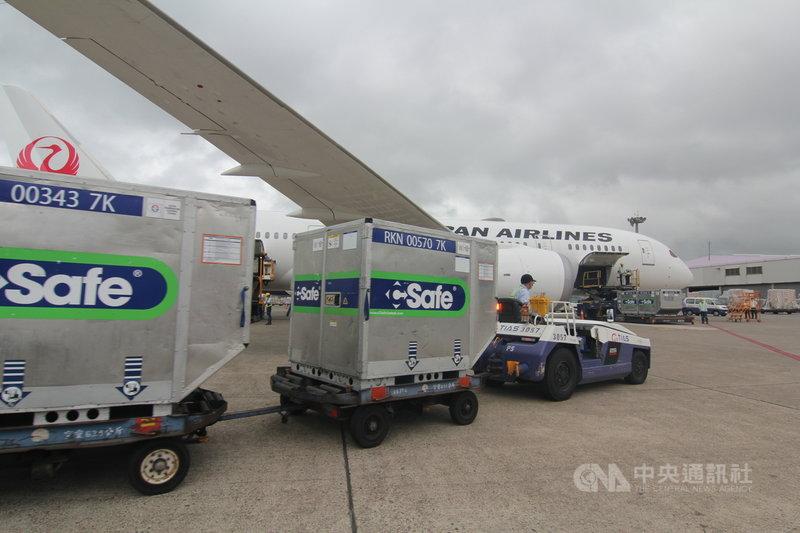 日本援助台灣的124萬劑AZ疫苗4日下午抵台,抵台後拖離機坪送至華儲貨運站。中央社記者葉臻攝  110年6月4日