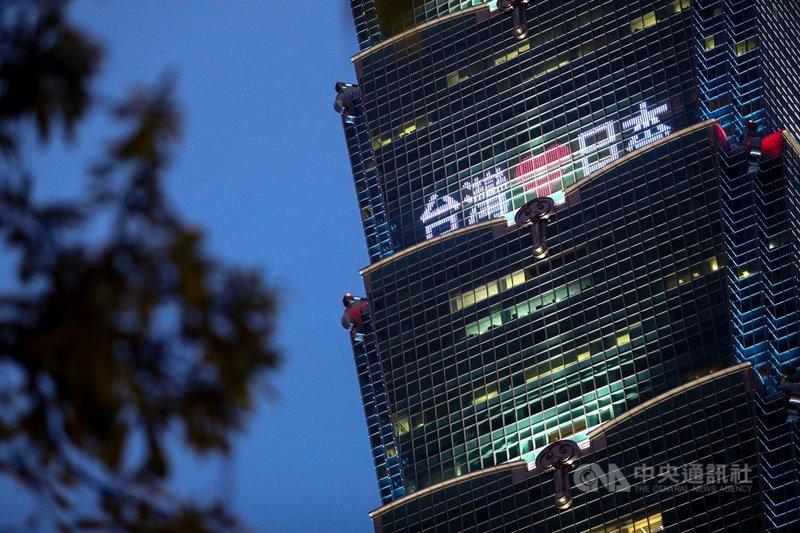 國內疫情嚴峻,日本捐贈台灣124萬劑AZ疫苗4日抵達台灣。台北101晚間打字點燈,表達全民珍惜台日友誼及感動與感謝。中央社記者王騰毅攝 110年6月4日