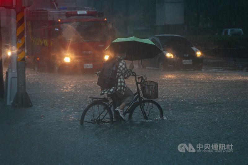 雙北地區4日午後大雨傾盆不僅造成多處地區淹水,還造成台北市大安區、新北市板橋區以及新店區近5萬戶停電。圖為北市基隆路3段因雨淹水,水淹達半個輪胎高。中央社記者王騰毅攝 110年6月4日
