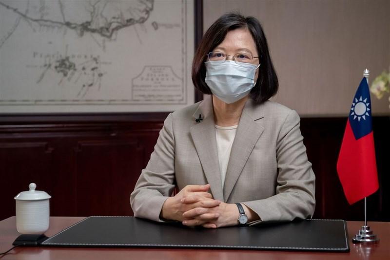 總統蔡英文4日表示,鴻海創辦人郭台銘、佛光山,還有很多民間的團體,也都很熱心幫忙,也許一時還沒有看到成果,但要拜託大家,疫苗取得不簡單,對用心付出的人,不需要酸言酸語。(總統府提供)中央社記者溫貴香傳真 110年6月4日