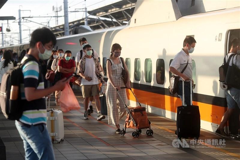 端午連假將至,高鐵6日表示,平均座位利用率以2成為原則,若乘載率已超過2成的車次,會協調部分旅客換搭其他車次。(中央社檔案照片)
