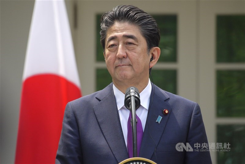 日本政府供應台灣124萬劑AZ疫苗,日媒指出,前首相安倍晉三(圖)等執政黨國會議員是幕後推手。(中央社檔案照片)