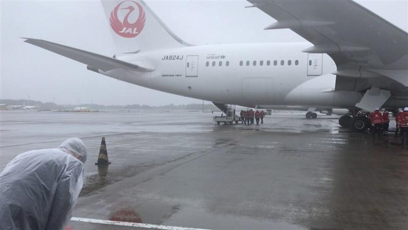 日本政府提供台灣124萬劑AZ疫苗,載運疫苗的日本航空班機從成田機場起飛,台灣駐日外交官員對班機鞠躬致意。(駐日代表處提供)中央社記者楊明珠東京傳真 110年6月4日