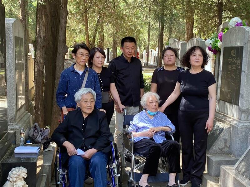 六四事件32週年,在警方監視下,「天安門母親」7名成員早上到北京市郊的萬安公墓拜祭遇難的家人。(香港電台提供)