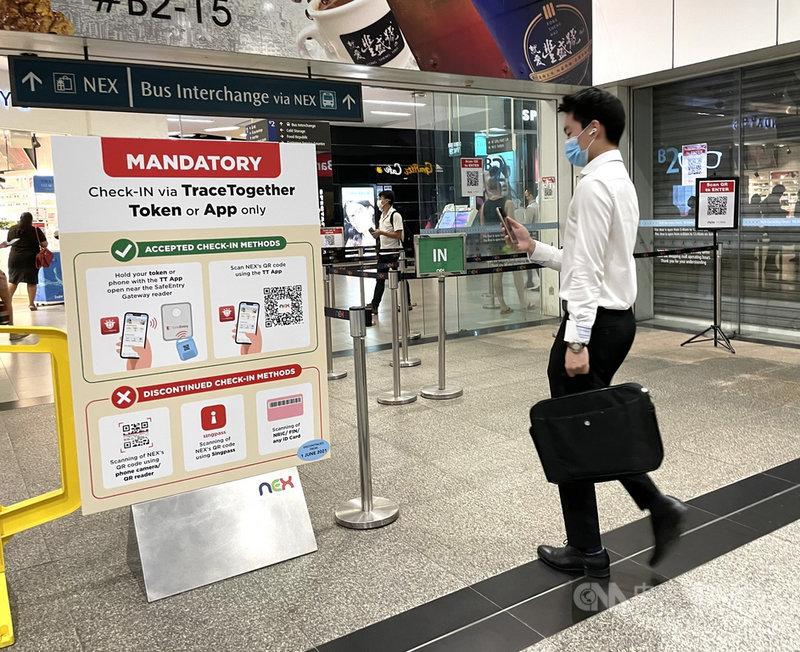 新加坡研發「合力追蹤」App,民眾須先掃描QR碼才能進入商場,藉以強化接觸者追蹤。攝於110年5月28日。中央社記者侯姿瑩新加坡攝 110年6月4日