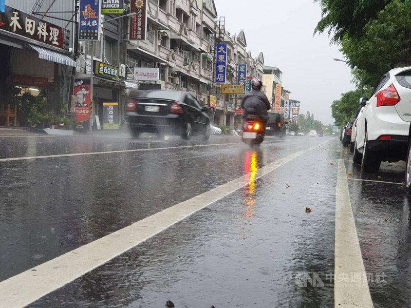 受到滯留鋒面影響,屏東4日深夜開始到5日上午全縣各地雨勢不斷。中央社記者郭芷瑄攝 110年6月5日