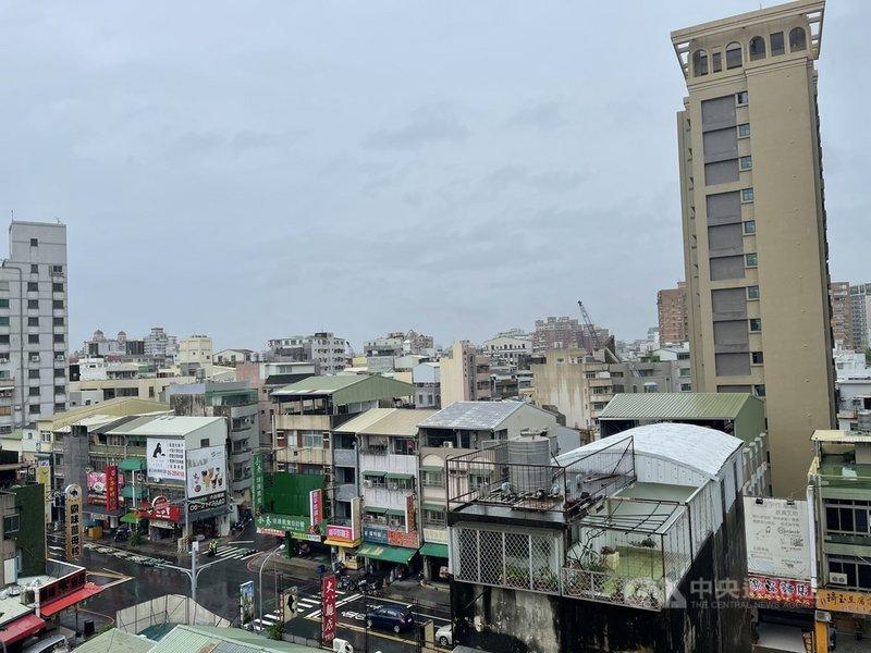 滯留鋒面南移,台南5日天色一片灰濛濛,雖持續降雨,但雨勢不大,下雨過後街道路面濕滑。中央社記者張榮祥台南攝  110年6月5日