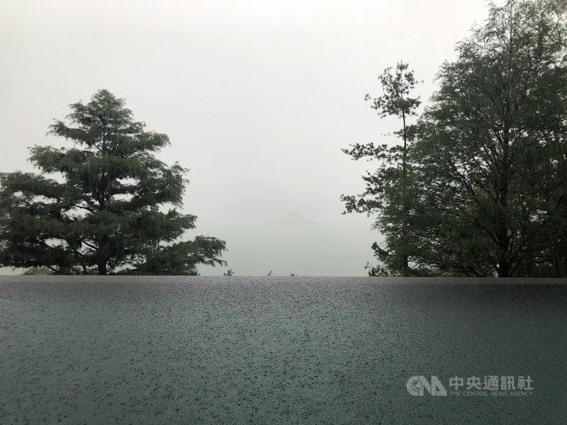 南投縣各鄉鎮5日降雨,鋒面下午影響後,逐漸帶來更多雨量,以日月潭測站為例,下午5時前當日累積雨量為2.5毫米、5時10分為10毫米,晚間7時來到30.5毫米;降雨傍晚起明顯增加,當地一名工作人員說,下午有一陣暴雨,讓日月潭湖景展現一股朦朧美。(民眾提供)中央社記者蕭博陽南投縣傳真  110年6月5日